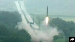 Korea Utara melaporkan uji coba 3 misil jarak menengah berjangkauan 1.000 kilometer pada 5 September 2016 (foto: dok). Uji coba misil Korut terakhir dilaporkan Pentagon gagal Jumat (14/10).