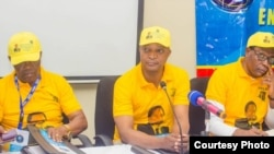 Emmanuel Ramazani Shadari, secrétaire permanent ya PPRD, kati ya ya Henri Mova (D) na Evariste Boshab (G) na bokutani na Lubumbashi, Haut-Katanga, 22 octobre 2019. (Facebook/PPRD)