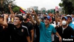 Pemimpin oposisi Venezuela dan Gubernur negara bagian Miranda, Henrique Capriles, mengangkat tangan sementara berpartisipasi dalam rapat besar-besaran menentang Presiden Venezuela, Nicolas Maduro, di Caracas, Venezuela, 20 April 2017 (foto: REUTERS/Carlos Garcia Rawlins)
