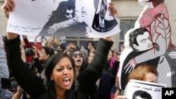 Người biểu tình cầm phản đối vụ bắn chết nhà hoạt động Shaimaa el-Sabbagh, trong một cuộc biểu tình của phụ nữ ở Cairo, ngày 29 tháng 1, 2015.