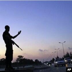 មន្ត្រីប៉ូលីសលីប៊ីពិសេសសម្រាប់កិច្ចការបន្ទាន់មួយរូបបញ្ជាចរាចរណ៍នៅទីក្រុង Benghazi ដែលកាន់កាប់ដោយក្រុងឧទ្ទាម។