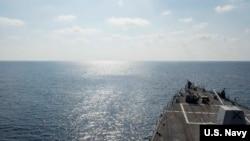 """5月2日,美国海军第7舰队的导弹驱逐舰""""威廉·劳伦斯号""""在国际海域巡航。"""