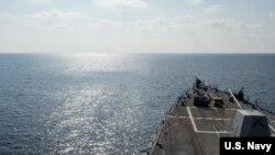 Tàu khu trục trang bị tên lửa dẫn đường USS William P. Lawrence (DDG 110) tuần tra trên biển, ngày 2/5/2016.