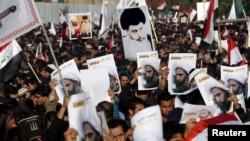 Para pendukung ulama Syiah Moqtada al-Sadr memprotes eksekusi ulama Syiah Nimr al-Nimr di Arab Saudi, saat berunjukrasa di Baghdad, 4 Januari 2016.