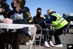 Підлітки отримують щеплення від коронавірусу у штаті Коннектикут, квітень 2021