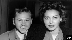 Mickey Rooney junto a Ava Gardner en 1942.