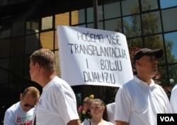 Bubrežni bolesnici protestuju pred Parlamentom FBiH, juni 2017. godine.