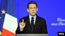 Presiden Nicolas Sarkozy unggul dalam jajak pendapat pilpres dari penantangnya, Francois Hollande untuk pertama kali.