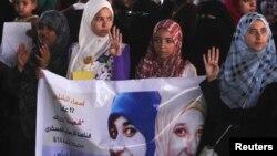 埃及被推翻的總統穆爾西的支持群眾在街頭展示手勢以譴責軍方和內政部殺害數以百計的抗議人士。