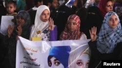 埃及被推翻的总统穆尔西的支持群众在街头展示手势以谴责军方和内政部杀害数以百计的抗议人士。