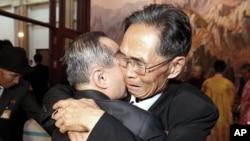 지난 10월 제20차 이산가족 상봉행사가 열린 금강산호텔에서 형제지간인 북측 주재은(오른쪽)씨와 남측 주재휘 씨가 포옹하고 있다. (자료사진)