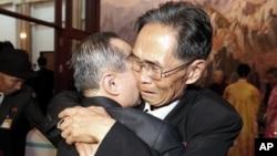 지난해 10월 금강산호텔에서 열린 남북이산가족 상봉행사 마지막 날, 형제인 북측 주재은(오른쪽)씨와 남측 주재휘 씨가 작별을 앞두고 포옹하고 있다. (자료사진)