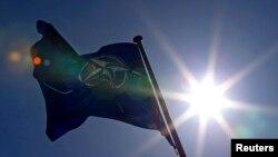 Zastava NATO (REUTERS/Yves Herman)