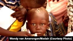 Un enfant se faisant vacciner en Afrique