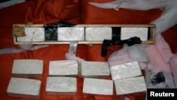 Badan pemberantasan narkoba AS atau Drug Enforcement Administration (DEA) menunjukkan heroin sitaan yang dirampas di pelabuhan Miami, Florida (foto: dok).