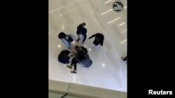 一名年輕人從元朗商場的二樓天台墜樓。 (2019年12月24日)