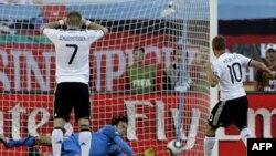 Thủ môn Vladimir Stojkovic của Serbia đỡ được cú penalty của Lukas Podolski