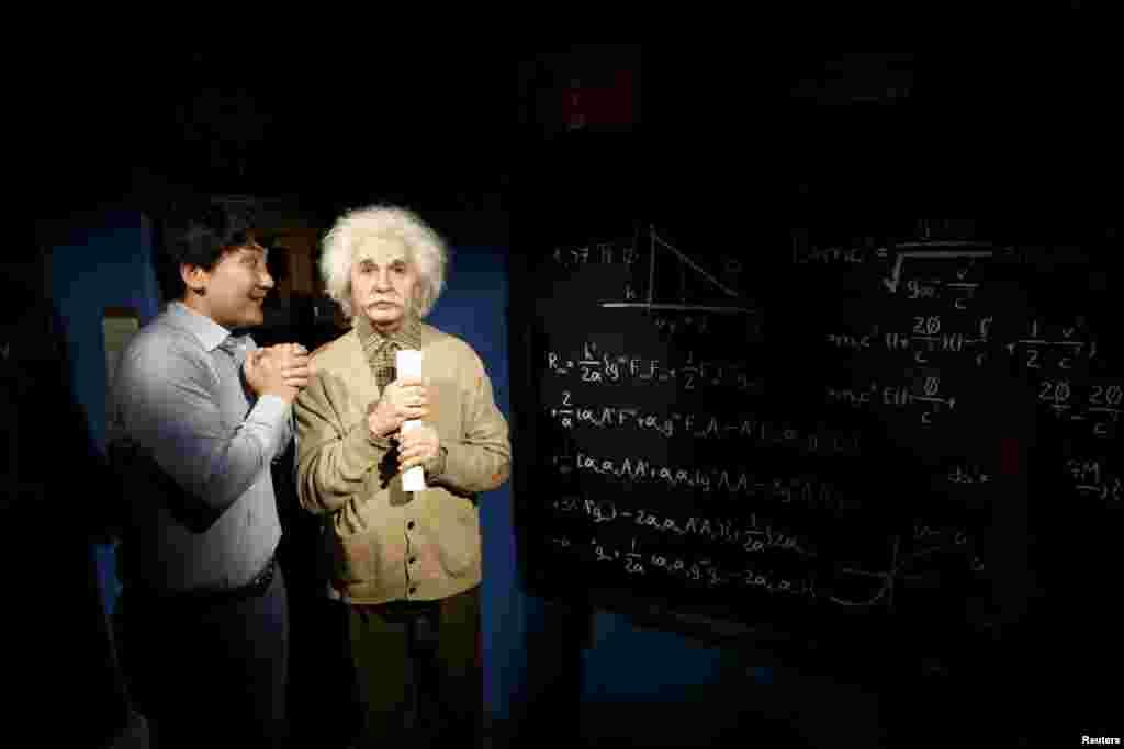 Cənubi Koreya - Albert Eynşteynin mümdan hazırlanmış fiquru