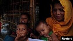 پناهجوی روهینگیایی و فرزندانش در کمپ پناهجویان در بنگلادش