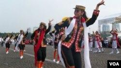 Tarian persembahan oleh warga perantau asal dari Jawa Tengah ikut meramaikan Jakarnaval HUT DKI ke 488, Minggu 7/6 (foto: VOA/Nahaba).