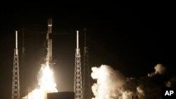 Roket SpaceX Falcon 9 yang membawa pesawat ruang angkasa milik Israel, Beresheet, Cape Canaveral, Florida, 21 Februari 2019.
