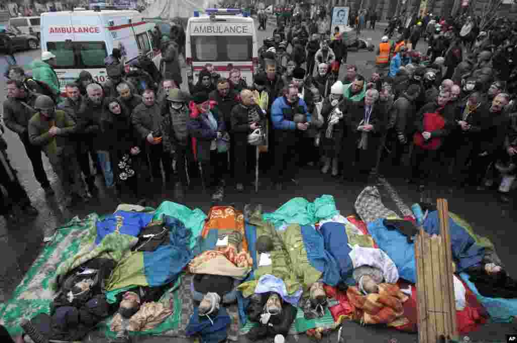 Meydana həlak olan insanların cəsədləri - Kiyev, 20 fevral, 2014