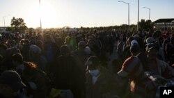 Las autoridades en Tijuana estaban pasando trabajospara lidiar con un grupo de 357 migrantes que llegaron el martes.