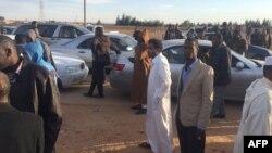 Les Libyens déplacés de la ville de Tawergha attendent leur voiture pour entrer dans la ville, située à environ 250 kilomètres à l'est de la capitale Tripoli, le 1er février 2018,