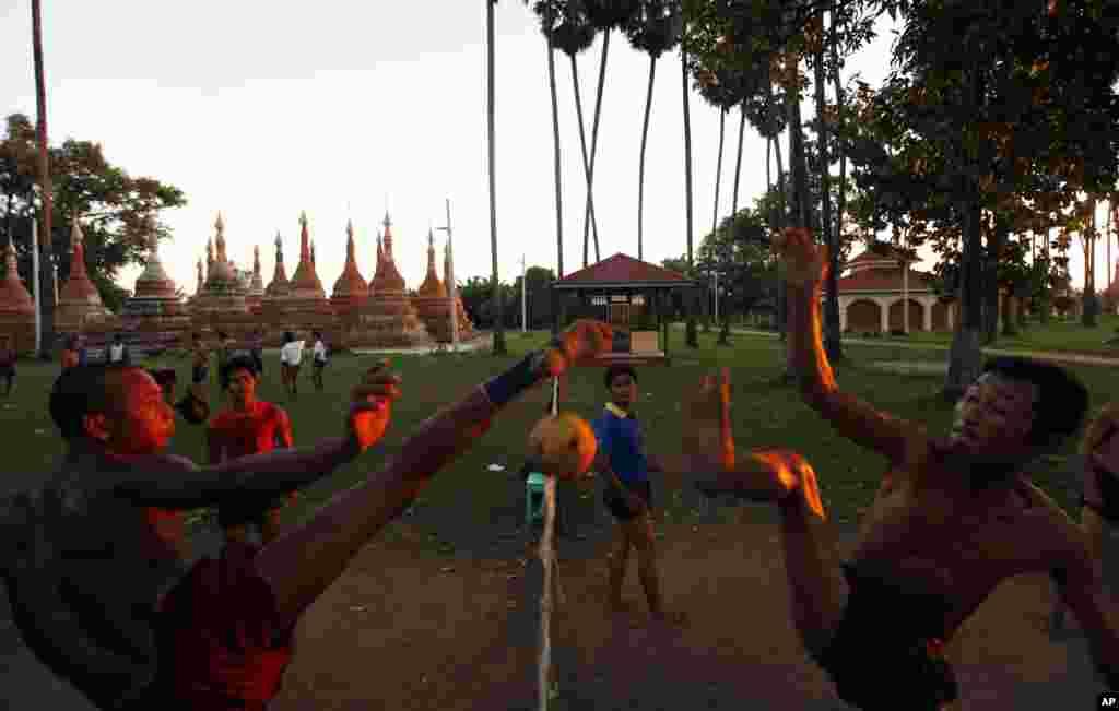 Para pria bermain olahraga setempat, chinlone (sepak takraw) di Naypyitaw, Myanmar.