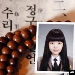 一位學生的母親為女兒考大學入學試祈禱