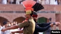 پاکستان اور بھارت کے درمیان واہگہ کراسنگ پر پرچم اتارنے کی تقریب کا منظر۔ فائل فوٹو