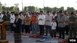 Imam dan Khatib Profesor Amin Abdullah memimpin sholat Idul Adha bersama para pengungsi di Stadion Maguwoharjo. Tampak dalam foto mengenakan jas abu-abu dan peci dalam barisan pertama, Gubernur DIY Sultan Hamengkubuwono X.