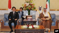 아베 신조 일본 총리가 중동 순방의 일환으로 26일 쿠웨이트를 방문한 가운데, 셰이크 자베르 알 무바라크 알 사바 쿠웨이트 총리와 회담했다.