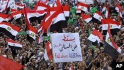 抗议者在开罗解放广场呼喊反军政府的口号