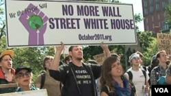 Para demonstran anti Wall Street melakukan unjuk rasa di depan Gedung Putih (6/10).