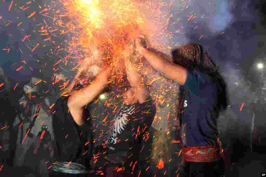 مردان در یک جشن هندوها در بالی اندونزی جشن و شادمانی می کنند.