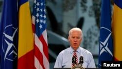 Wapres AS Joe Biden memberikan sambutan di hadapan tentara Roma dan Amerika di pangkalan udara militer dekat Bucharest (20/5).