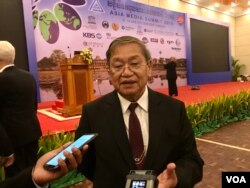 Cambodia's minister of information Khieu Kanharith talks to VOA Khmer at the end of the 16th Asia Media Summit in Siem Reap, Cambodia. (Sophat Soeung/VOA Khmer)
