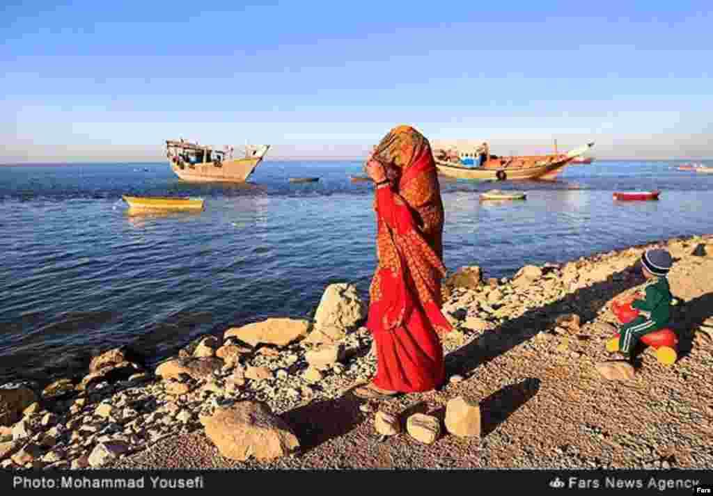 زن بوشهری در لباس محلی در کنار خلیج فارس. عکس: محمد یوسفی، فارس