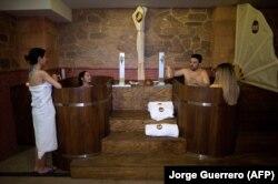 Orang-orang mandi di Beer Spa of Spain pertama yang dibuka di Granada, Spanyol selatan, pada 13 Februari 2018. (Foto: AFP/Jorge Guerrero))