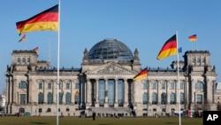 德國國會大廈,大廈前和大廈上飄揚著德國國旗