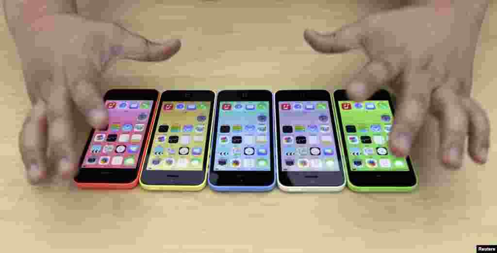آئی فون فائیو ایس اعلیٰ قسم کا معیاری سمارٹ فون ہے جبکہ آئی فون فائیو سی نسبتاً سستا ہے۔
