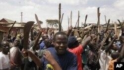 Wafuasi wa Raila Odinga wakilalamika baada ya rais Mwai Kibaki kutangazwa mshindi wa uchgauzi mkuu wa 2007, na kusababisha kuzuka ghasia za kikabila nchini Kenya.