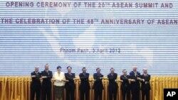 參加東盟峰會的各國領導人星期二在金邊聚集