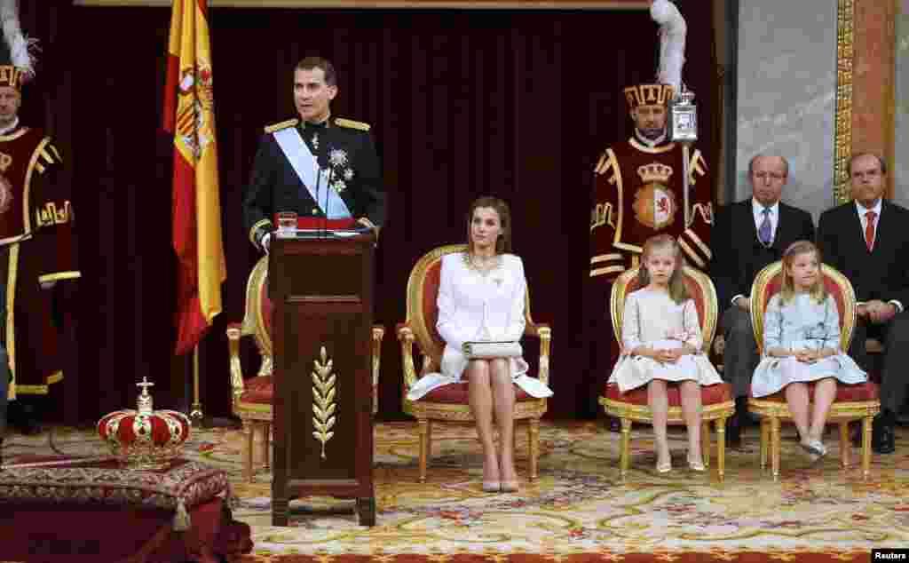 Felipe VI dirigió a la nación su primer discurso como Rey de España, junto a su mujer la Reina Letizia y sus dos hijas.