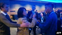 中國央視女記者孔琳琳在英國保守黨年會上出言不遜並動手打人。 (視頻截圖)