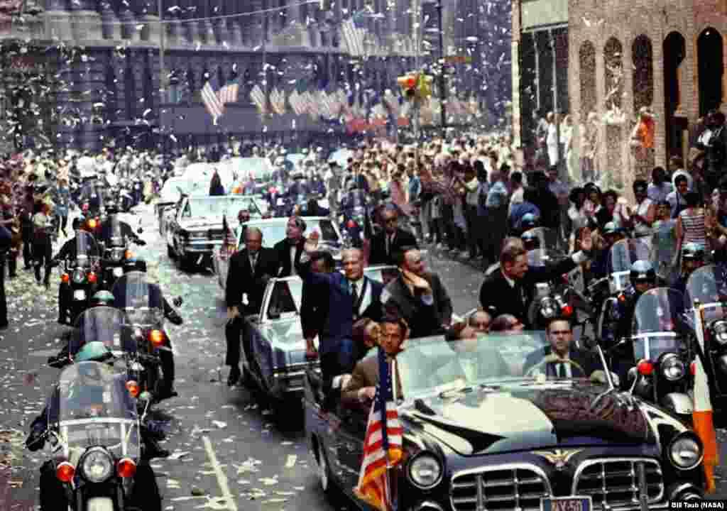 Сказать, что на Земле астронавтов встречали как героев, было бы большим преуменьшением. На этом снимке (слева направо) Олдрин, Коллинз и Армстронг совершают торжественный проезд по «Каньону героев» – так называют часть ньюйоркского Бродвея, по которой проводятся парады в честь знаменательных событий.
