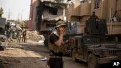 Un soldado iraquí habla en la radio en el barrio de Yarmouk en Mosul.