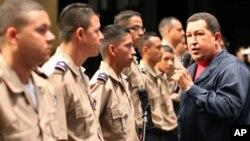 ປະທານາທິບໍດີ ເວເນຊູເອລາ ທ່ານ Hugo Chavez ໃນລະຫວ່າງ ການຮຽນຈົບ ຂອງ ສະຖາບັນ ຕຳຫຼວດແຫ່ງຊາດ (22 ກໍລະກົດ 2010)