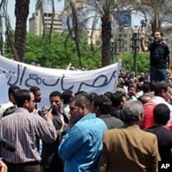 Opposition demonstrators denounce the unlimited terms allowed Egypt's President Hosni Mubarak, Cairo, 03 May 2010